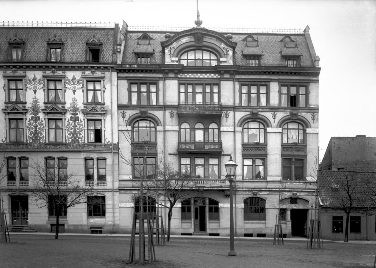 Christensengården i kongengs gate 2 og annen husrekke sett fra bankplassen