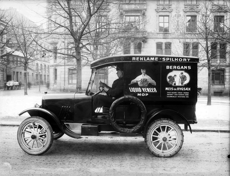 bil med bergans reklame parket på bankplassen forran Christensengården